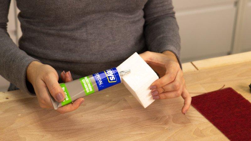 Poner pegamento especial para superficies porex en el cubo de porex para hacer el adorno navideño.