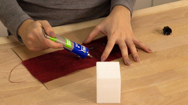Poner pegamento en la tela arpi para pegarla en el cubo de porex.