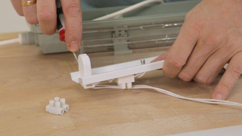Sacar portaqtubos para conectar los cables a la corriente.