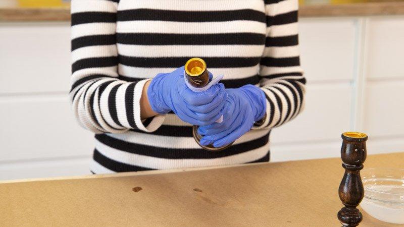 Secado de los candelabros de madera antes de pintarlos
