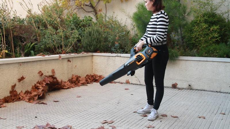 Uso de un soplador de aire para recoger hojas