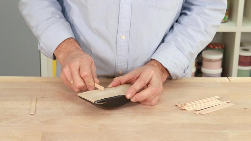 Lijar las piezas de madera para hacer el portavasos