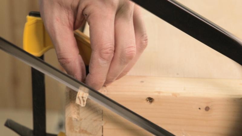 Corte del listón cuadrado de madera para formar los posavasos