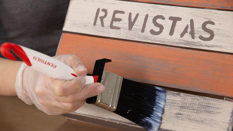 Proceso de barnizado del revistero