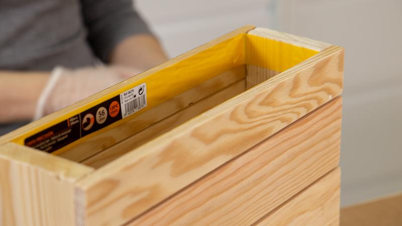 Pegado de cinta de carrocero en los bordes interiores del revistero antes de pintar