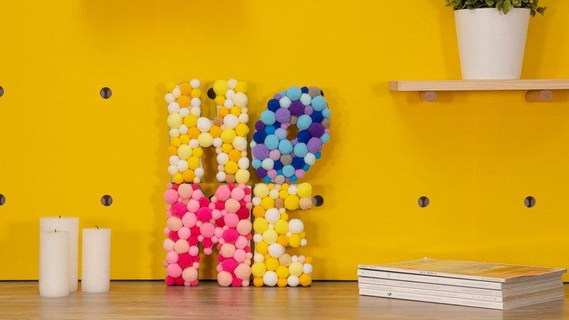 Letras de porexpán con pompones de colores