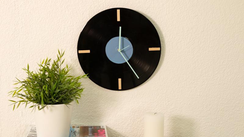 Cómo hacer un reloj con vinilo