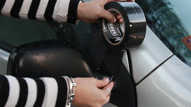 Cómo reparar el espejo de un coche con cinta