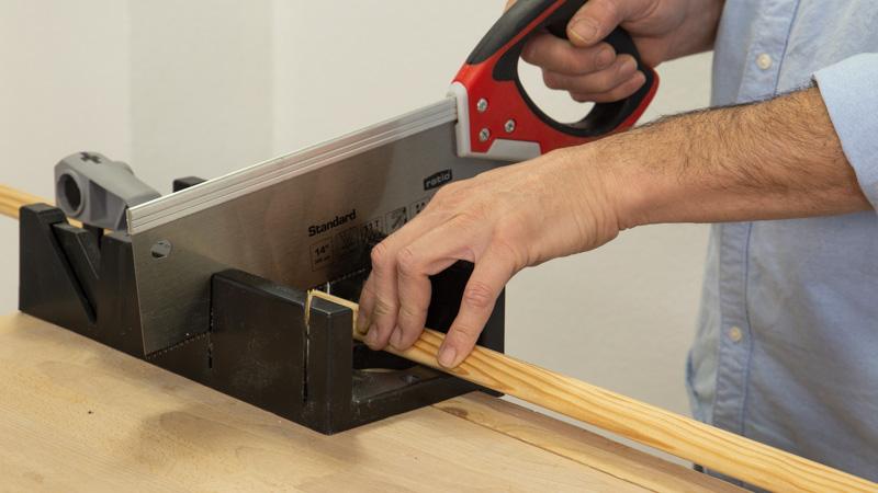 Cortar con una sierra manual e ingletadora el guardavivo