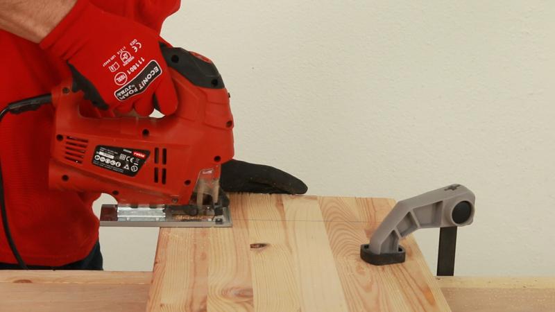 Cortar la madera de las piezas del leñero
