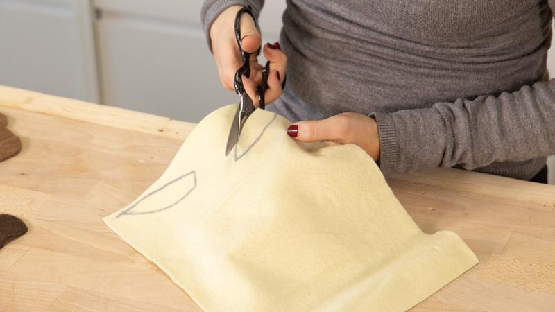 Cortar los adornos de fieltro para la careta.