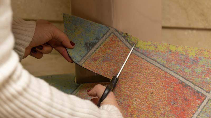 Corte de una de las alfombras naturales de Catral para ajustarla a un lavabo