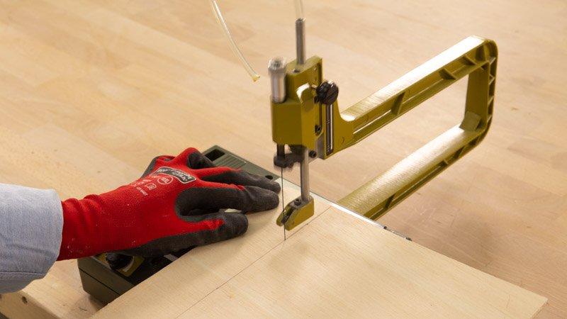 Sierra de marquetería de Proxxon cortando las piezas