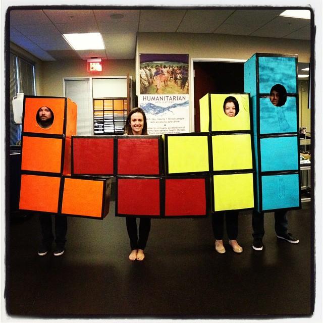 Hacer un disfraz con piezas de tetris para encajar en grupo.