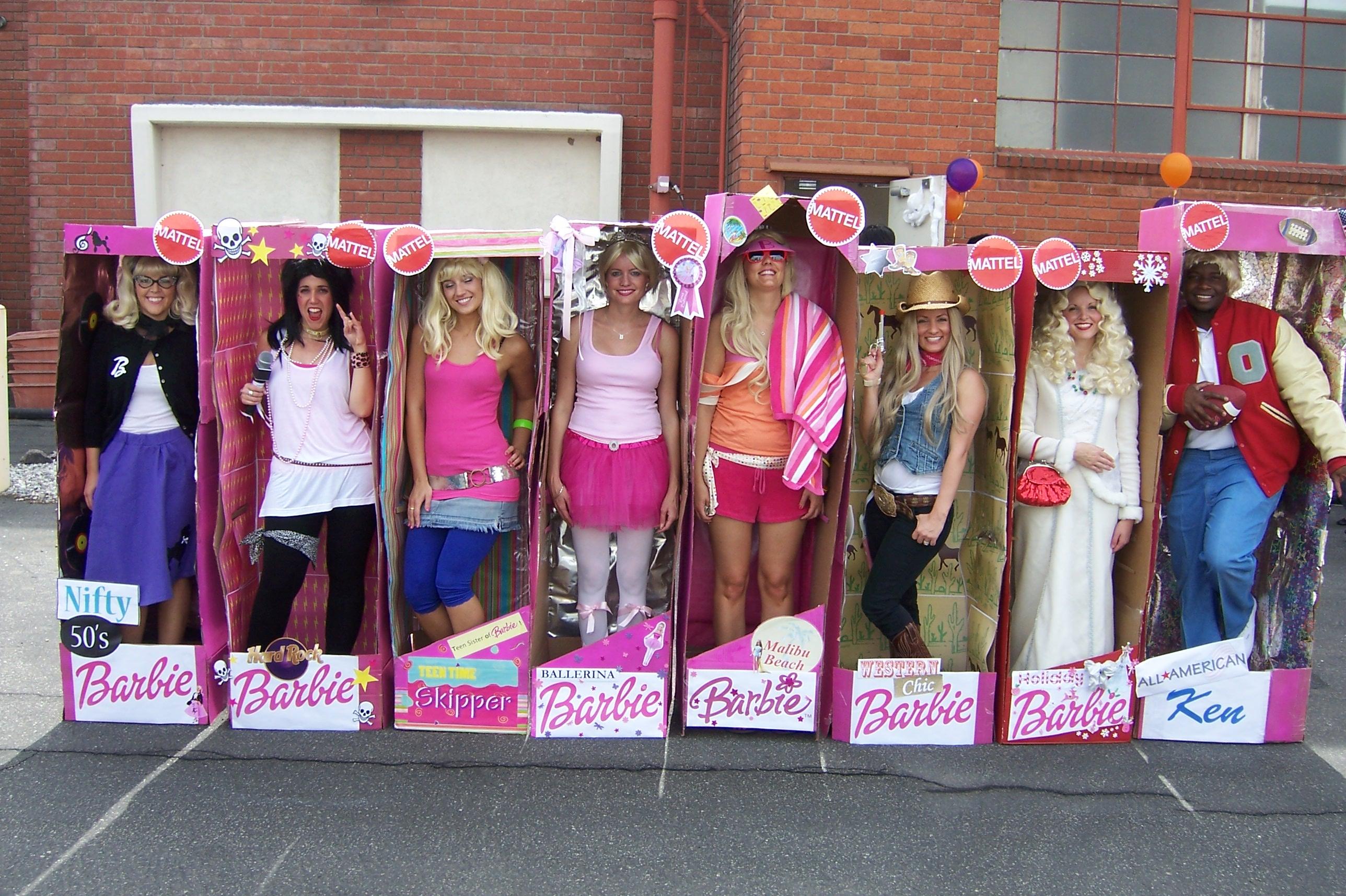 Disfraz grupal con las distintas profesiones de Barbie