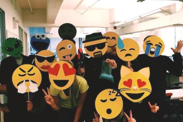 Disfraz en grupo de emoji