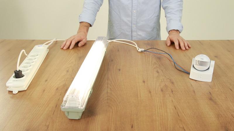 Instalar detector de movimiento a una lámpara.