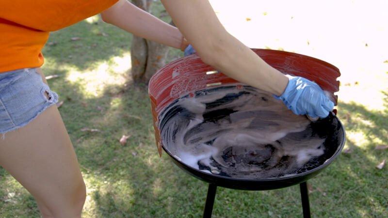 Fregar barbacoa con agua y jabón