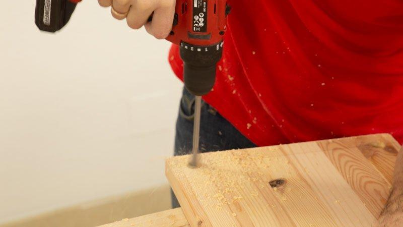 Hacer taladros en madera para estructura del leñero