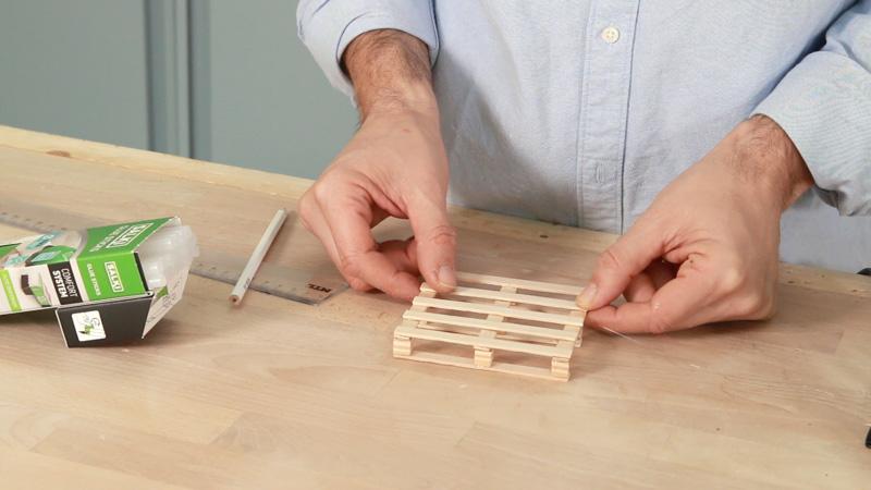 Pegar los palos intermedio que faltan para terminar el portavasos