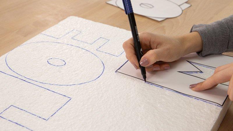 Marcar la silueta de las letras en el porexpán