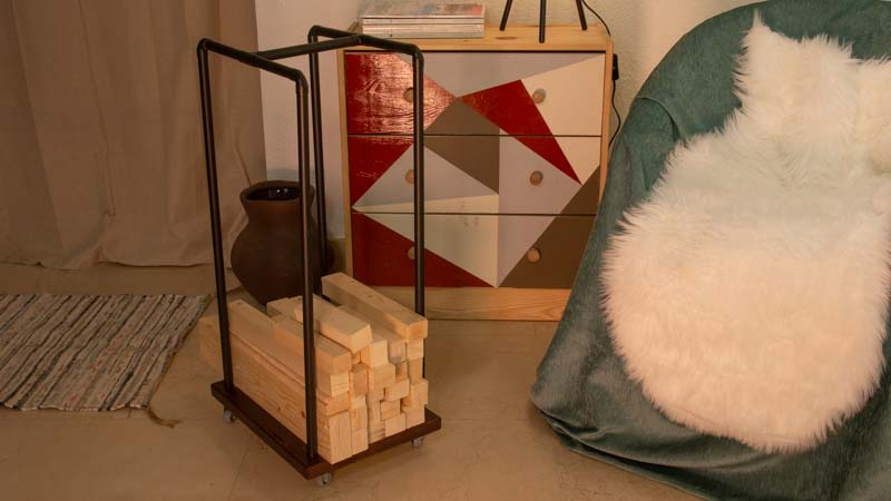 Leñero interior casero con madera y metal