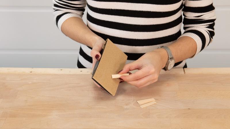 Lijar los palitos de madera para eliminar las rebabas