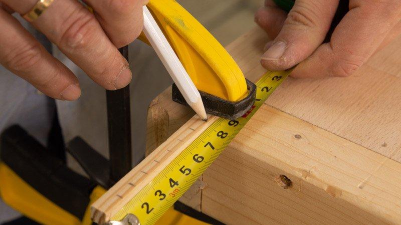 Medir el tamaño de los taquitos de madera para cortarlos.