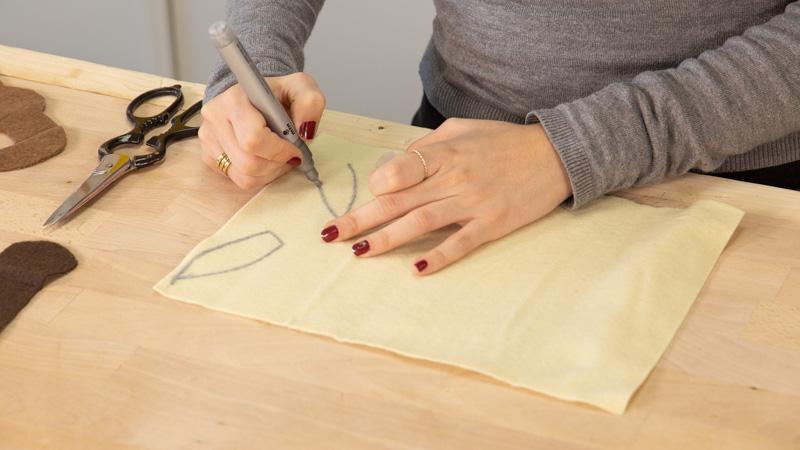 Hacer la silueta en el fieltro de las partes de la careta.