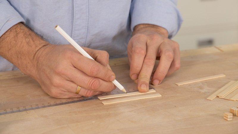 Medir a qué altura irán los taquitos de madera para diferenciar los niveles del portavasos.