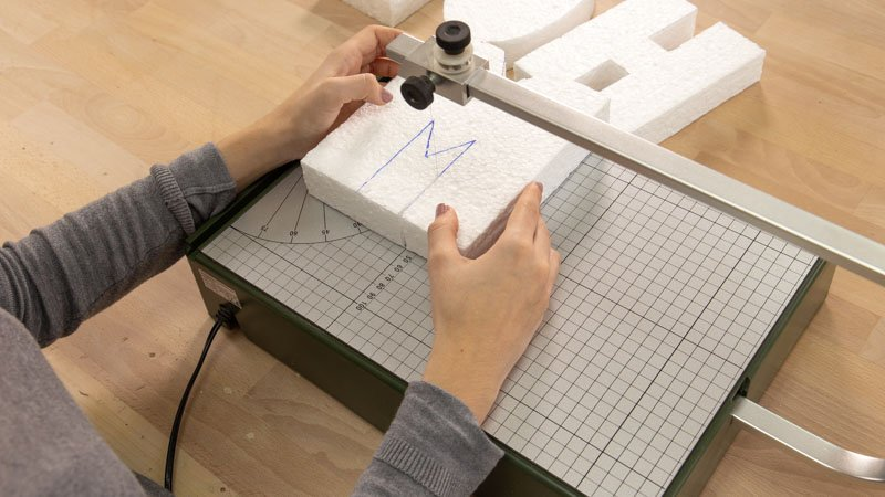 Medir con el cortador de porexpán las ppiezas de las letras