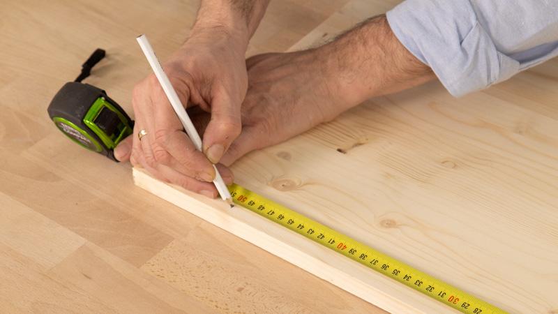 Medir el tamaño del tablón de madera.