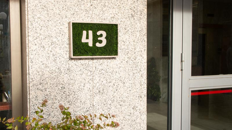 Números para casas con madera y césped artificial
