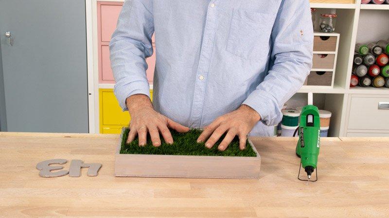 Pegado del césped artificial sobre la madera