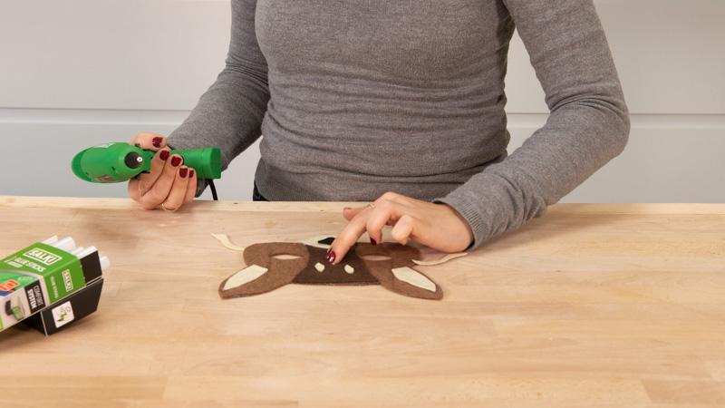 Presionar en las piezas para que se pegue bien el fieltro con la cola caliente.