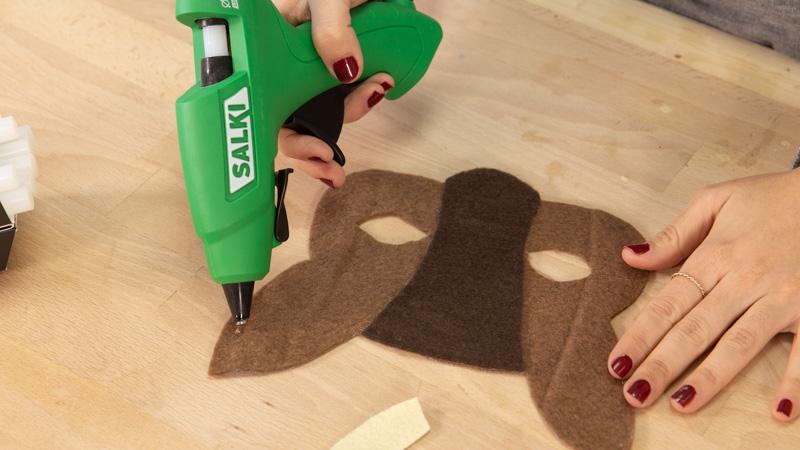 Pegar las piezas de la careta de fieltro con una pistola termoencoladora.