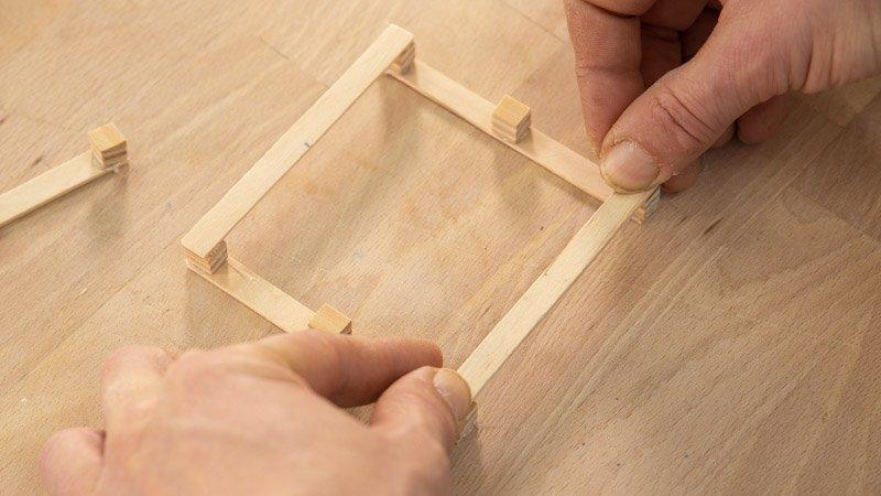 Pegar los palos para formar la base del portavasos