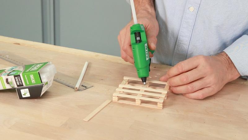 Pegar los palos que forman el soporte de las tazas