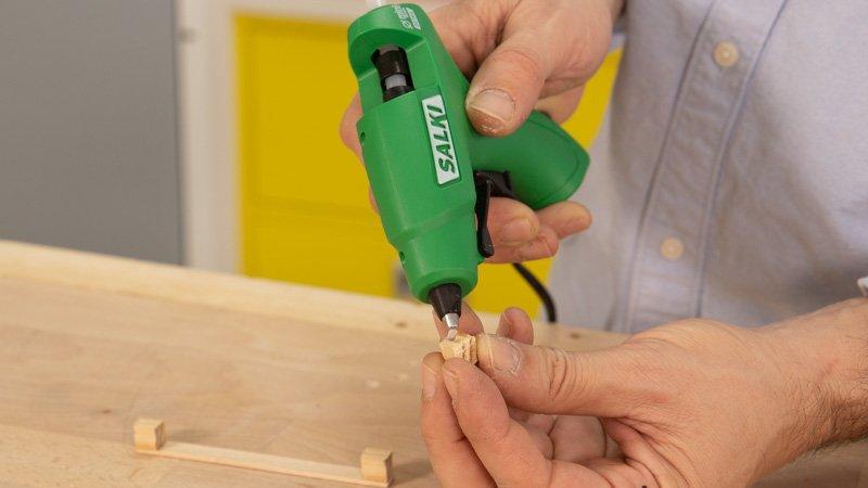 Pistola termoencoladora de Salki pegando madera.