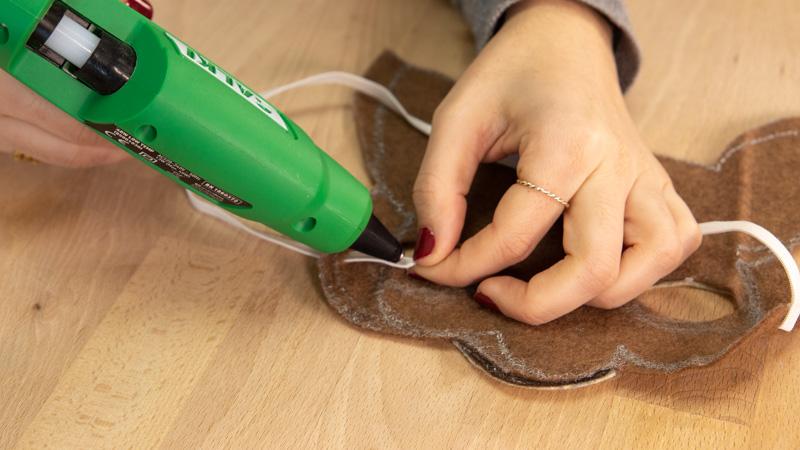Pegar las tiras de la careta con cola caliente.