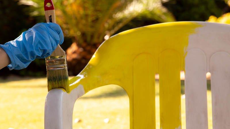 Pintar silla de plástico con pintura especial para muebles de jardín