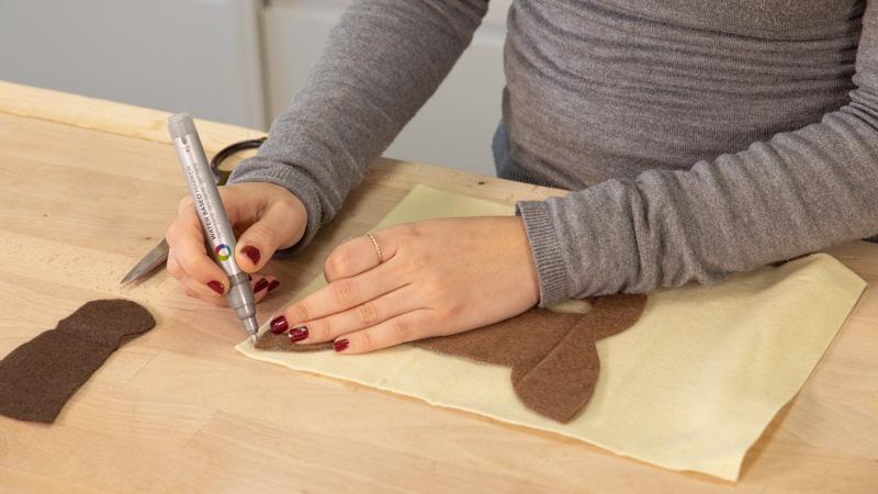 Marcar silueta de la careta de animales en el fieltro.