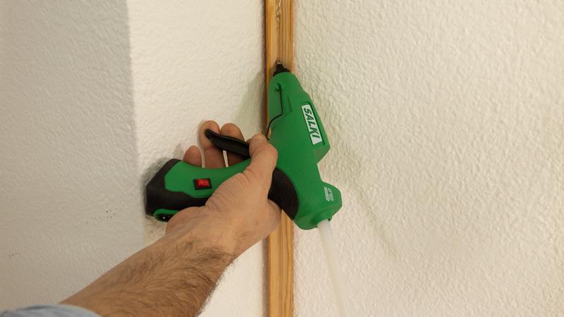 Poner silicona para pegar el guardavivo a la pared