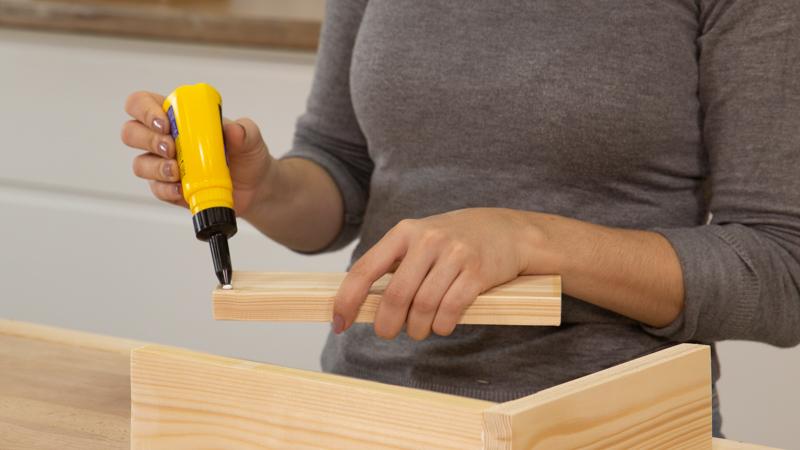 Pegado de los listones de madera para formar la estructura del revistero