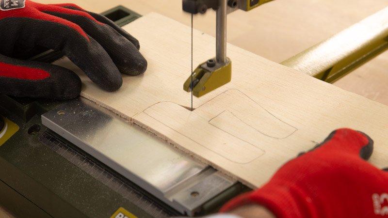 Corte del número de puerta con la sierra de marquetería de Proxxon