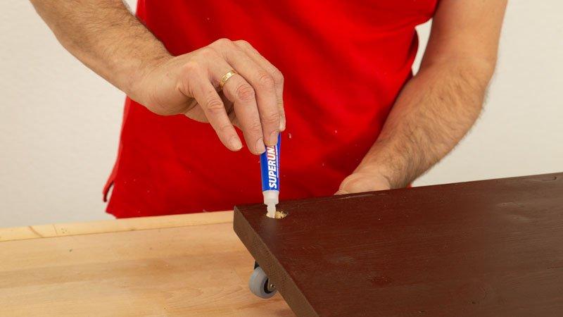 Pegar con adhesivo instantáneo la estructura del leñero casero