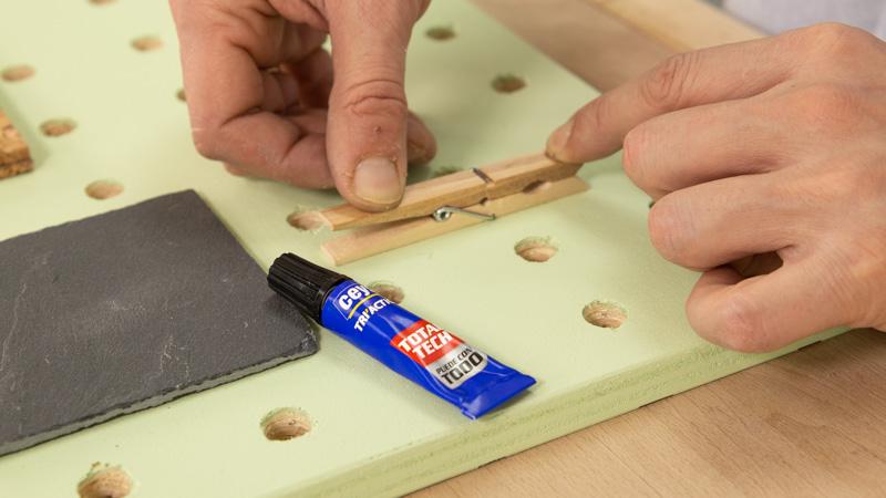Pegamos pinza de madera con ceys triaction