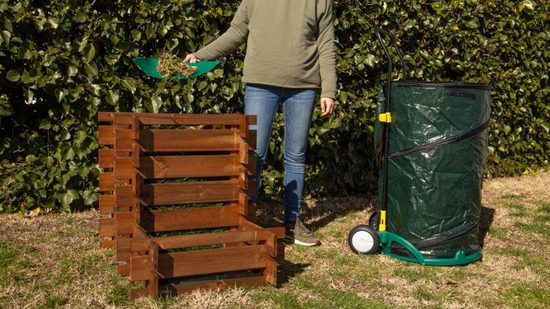 Proceso de vertido de residuos orgánicos en un compostador de madera