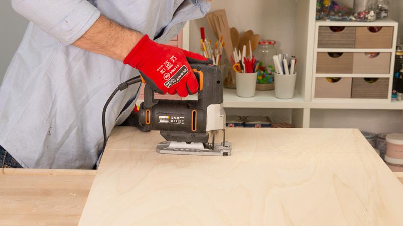 Sierra de calar cortando la tabla de madera
