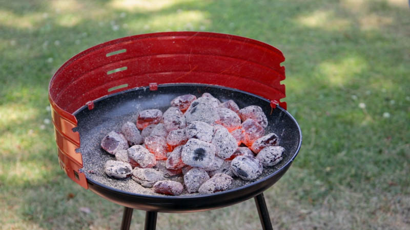Brasas a fuego en la barbacoa